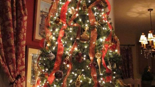 Classic Christmas Tree Decorating Idea